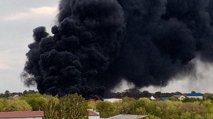 Столб дыма видно во всех районах: в Магнитогорске полыхает крупный пожар