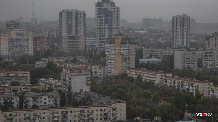 Берегись рекламы и проводов: в ближайшие часы до Волгограда долетят мощные порывы ветра