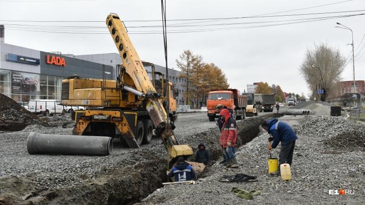Заканчивать будут в снегопад: рабочие не успели отремонтировать один из главных перекрестков Эльмаша