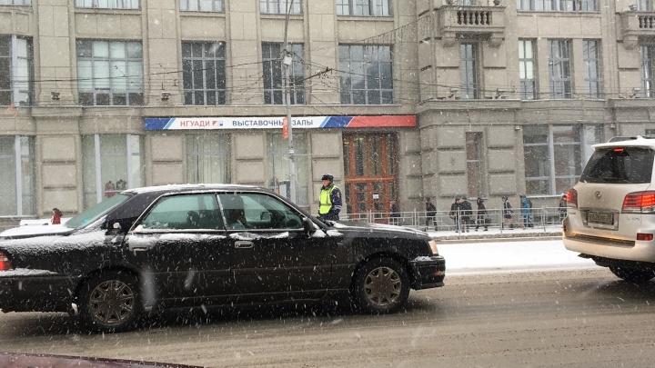 На Красном проспекте закрыли парковку из-за юбилея революции