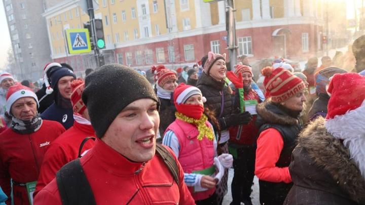 Несколько сотен красноярцев начали год с забега по проспекту Мира