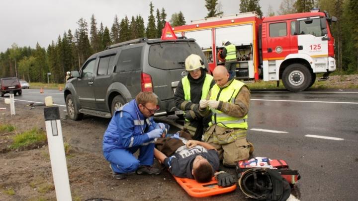В утренней аварии на М-8 пострадали трое дорожных рабочих: они госпитализированы