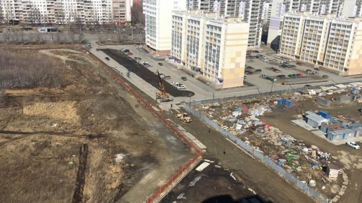 «Под колёсами будут дети»: жители «Академ Riverside» выступили против новой дороги