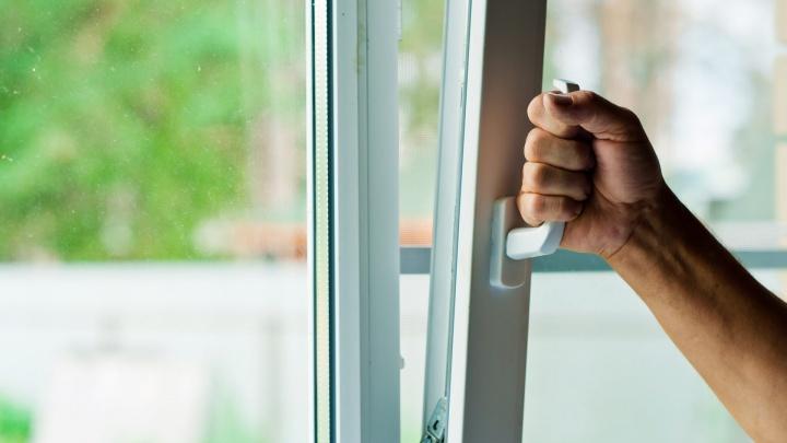 «А из нашего окна»: устанавливаем стеклопакеты на окна и балкон