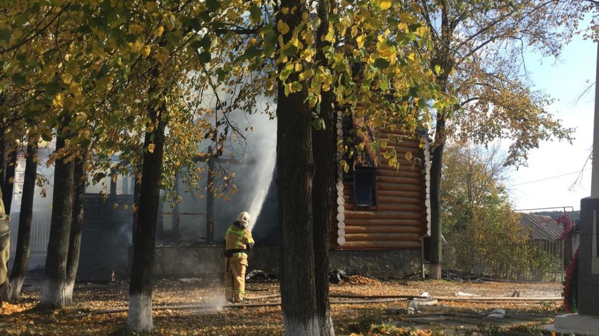 «Бегали с ведрами, пока пожарные не приехали»: церковь в Верхней Сысерти потушили