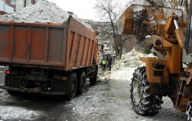 Уфимские коммунальные службы продолжают уборку снега