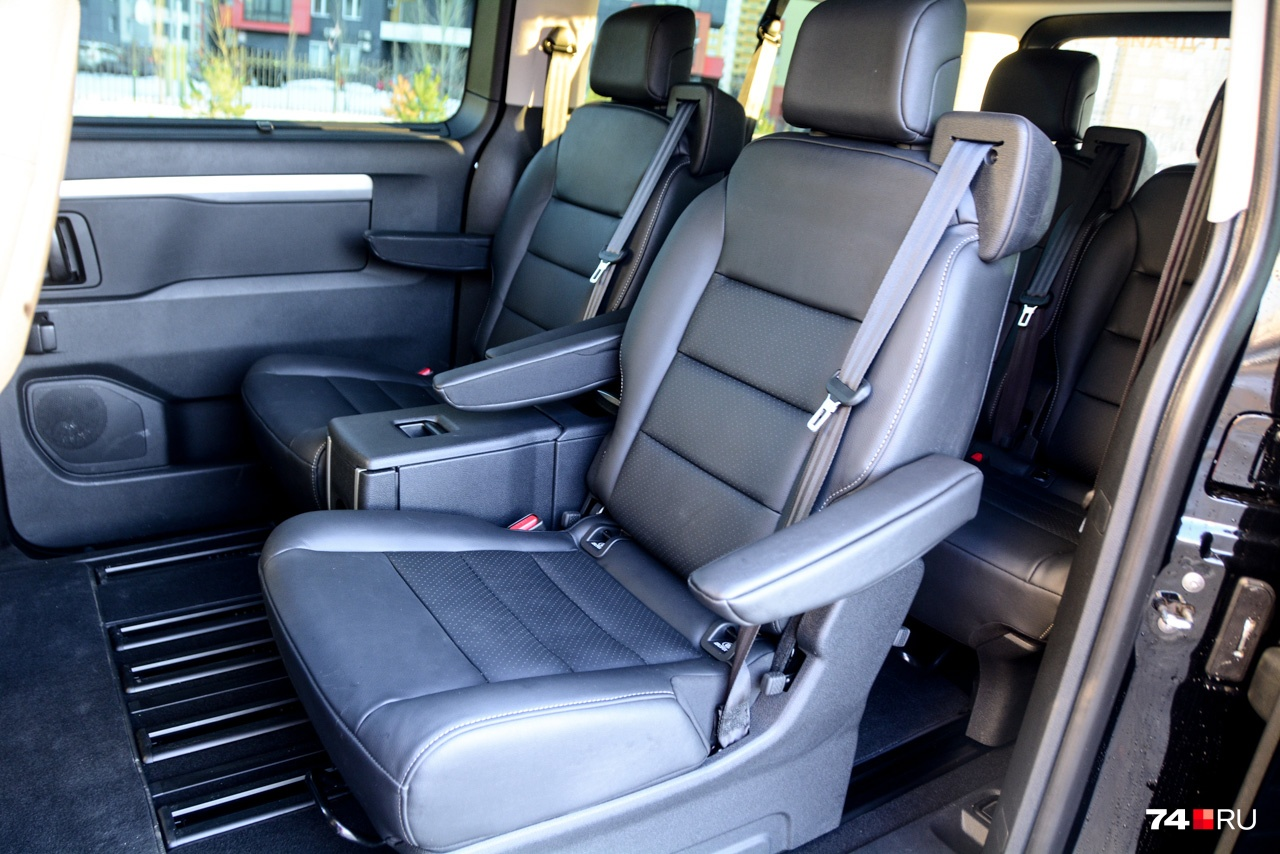 В топовом исполнении Business VIP средний ряд состоит из двух отдельных кресел. У версий попроще здесь трёхместный диванчик