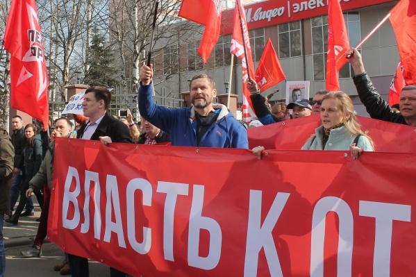 Протокол составили на Александра Афанасьева, на фото он в синей куртке