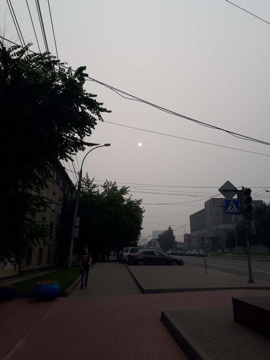 Из-за плотного смога в Новосибирске практически не видно солнца