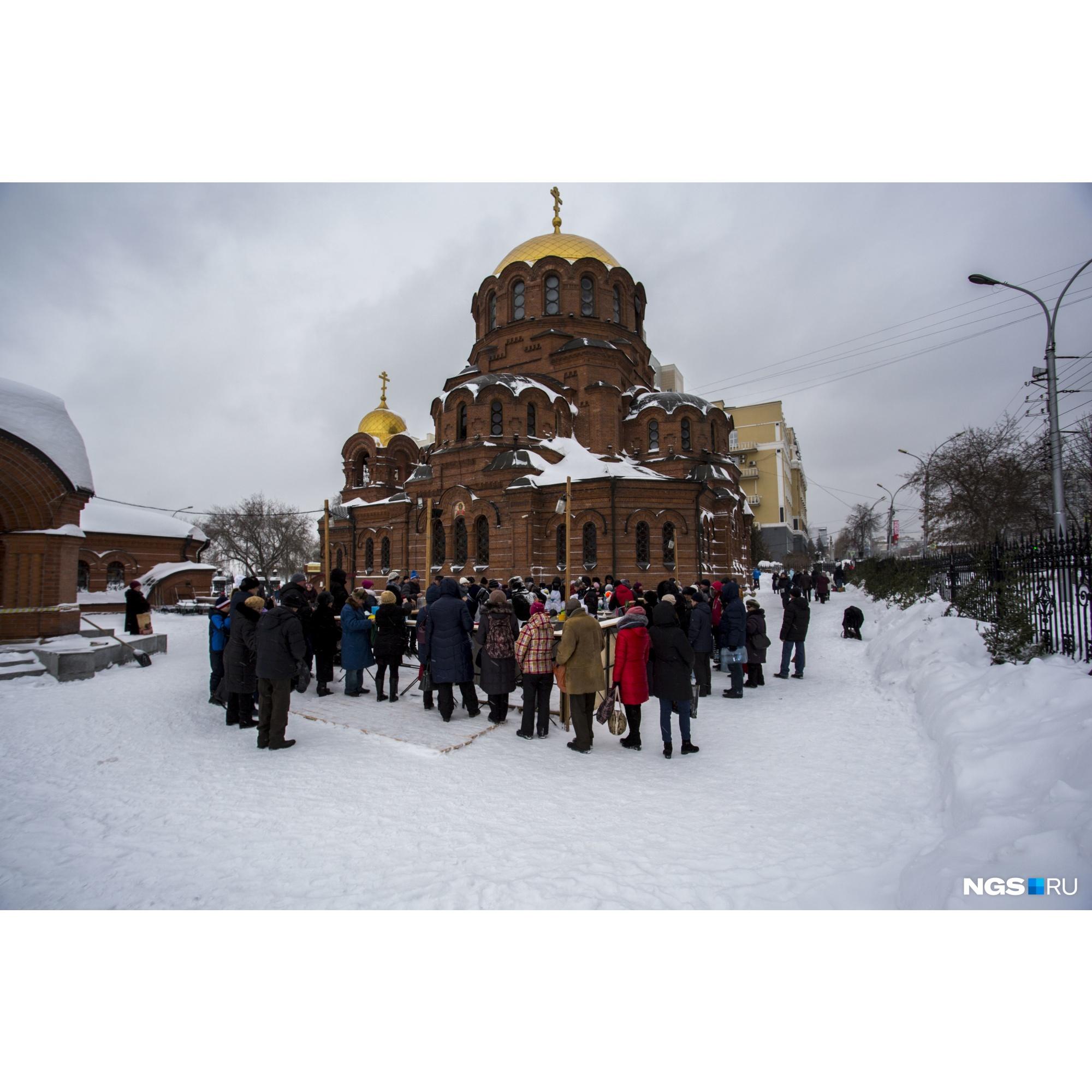 Очередь возле Собора Александра Невского