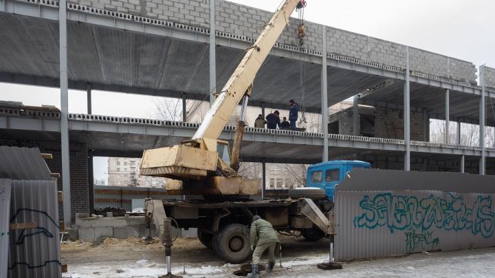 В Волгограде проволока со стройки у Центрального рынка упала на коляску с малышом