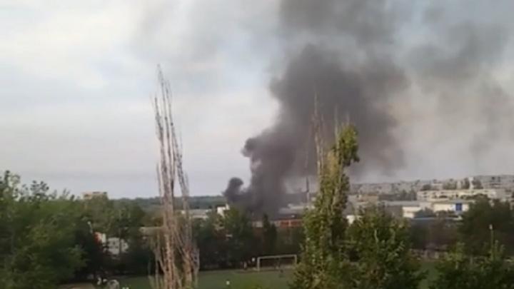 В Волгограде горит судостроительный завод
