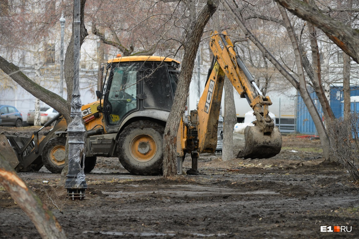 После разъездов строительной техники на газонах придется восстанавливатьпочвенный слой