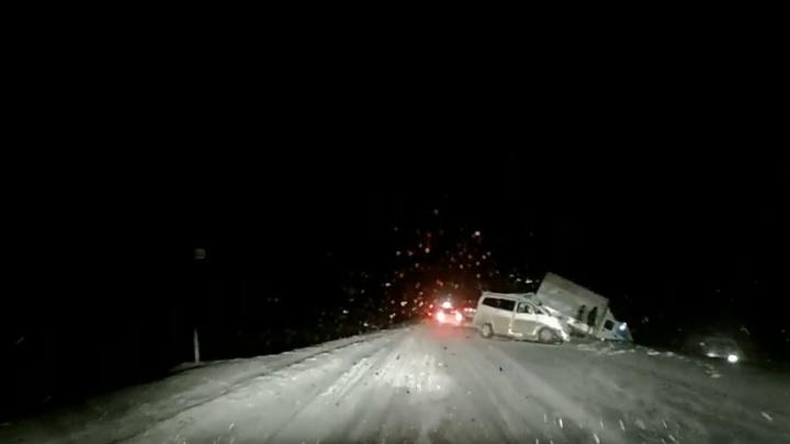 Пассажиров зажало в салоне: на трассе в Башкирии столкнулись микроавтобус и грузовая «Газель»