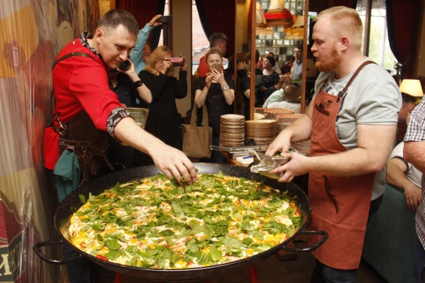 Диаметр сковороды — 115 см