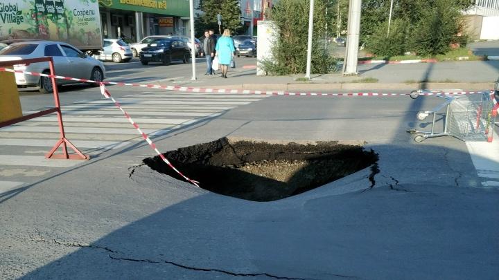 «Яма метров пять!»: возле торгового комплекса в центре Челябинска провалилась дорога