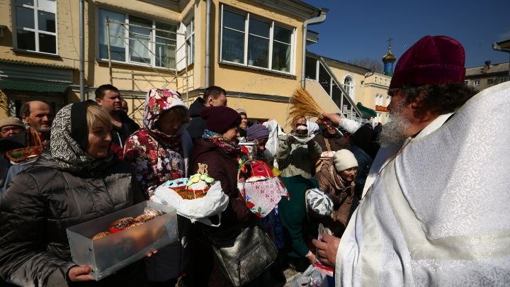 Теперь можно есть: тысячи новосибирцев принесли в церкви куличи и вино