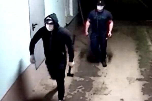 Пробравшиеся в дом бандиты закрыли лица масками