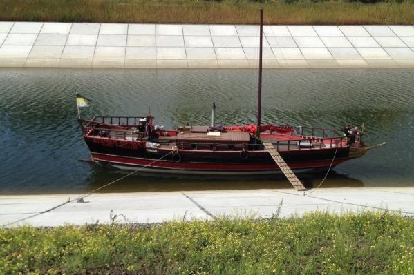 Необычное судно заметили в Шлюзовом канале