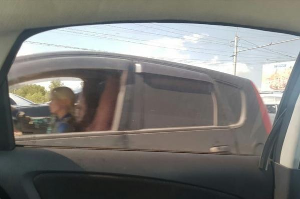 На фото видно, что за рулём машины сидела девушка