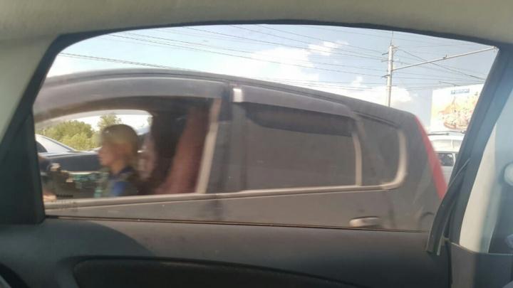 Разделитель нипочём: блондинка на Mitsubishi проехала по встречке на проезде Энергетиков