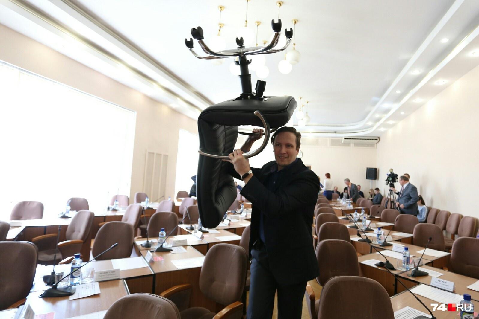 В зал заседаний заносят дополнительные стулья