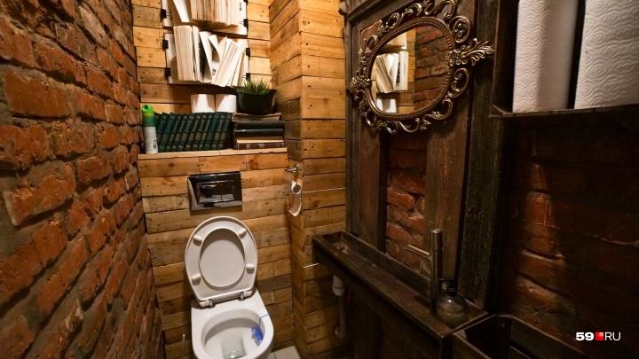 «Ломаные» зеркала, рисунки мелом и мини-библиотека: чем удивляют туалеты в пермских кафе
