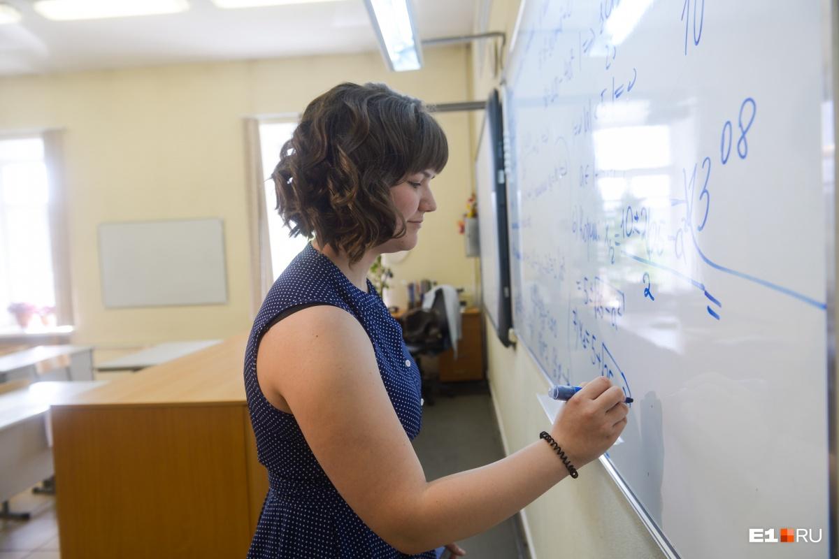 Ася получила максимум баллов по математике, физике и русскому языку