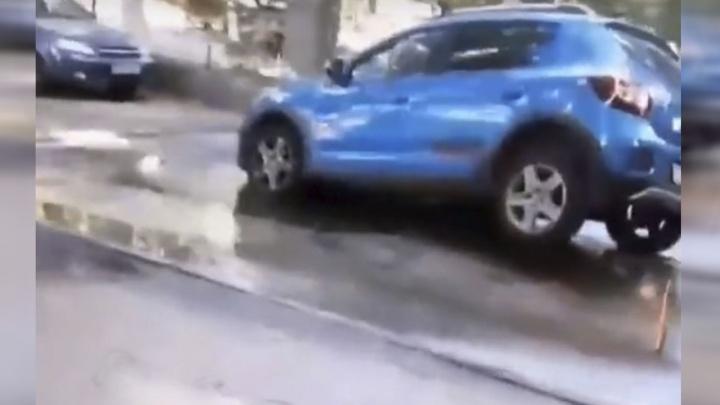 Полный провал: в центре Ростова машина ушла под землю