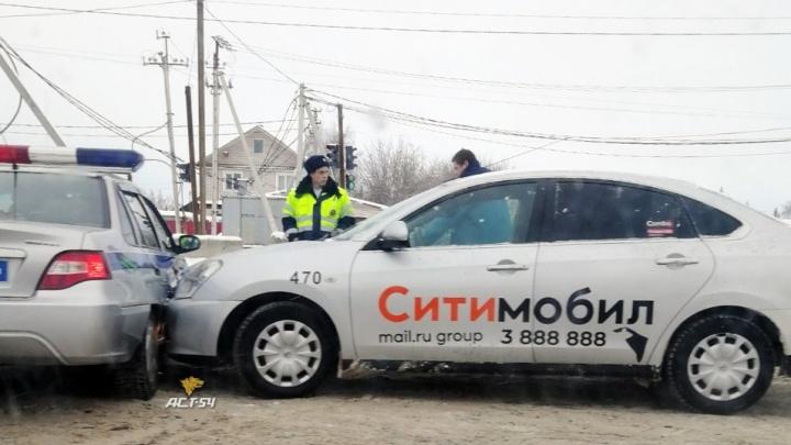 В Ленинском районе таксист взял на таран патрульный автомобиль ДПС
