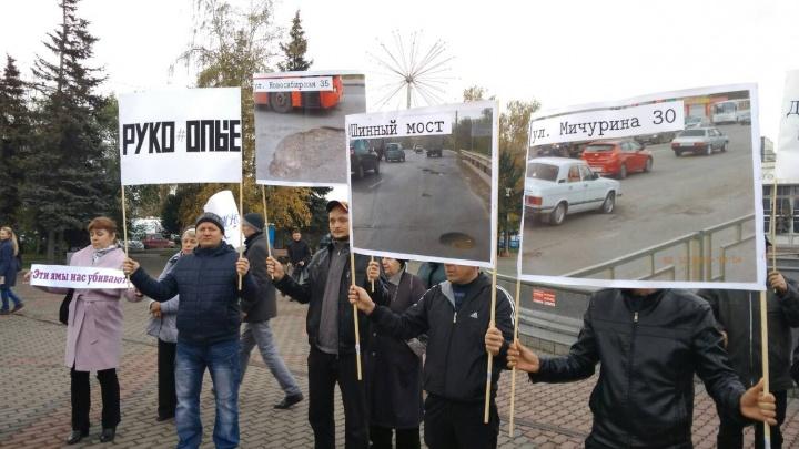 Распечатали фото дорог и принесли чиновникам: водители устроили у мэрии пикет против плохих дорог