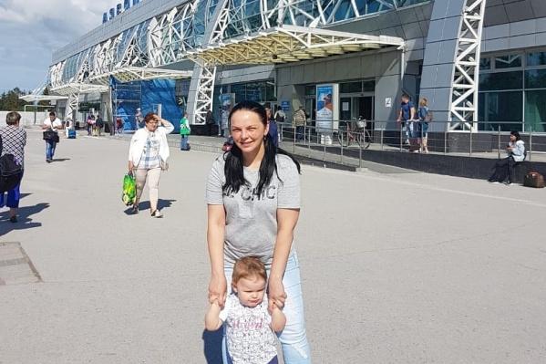 Ирина Рыбкина и её маленькая дочь собирались улететь в Анапу из Новосибирска ещё вчера, но на борт их не пустили