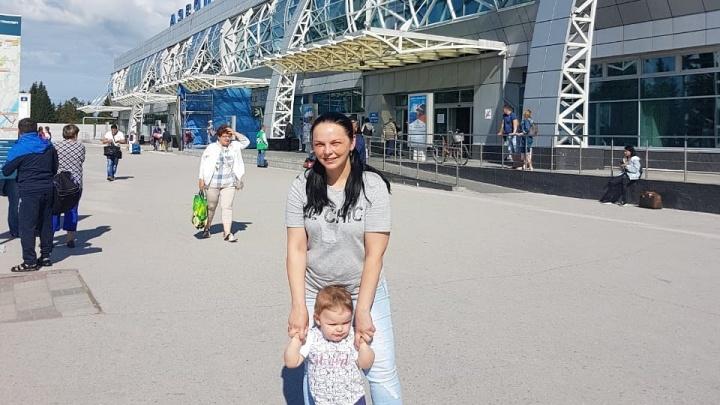 «Меня ребёнок ждёт, пустите»: пассажирку с маленькой дочерью не пустили на рейс в Толмачёво