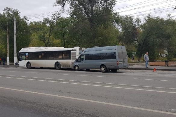 Водитель маршрутки протаранил остановившийся автобус