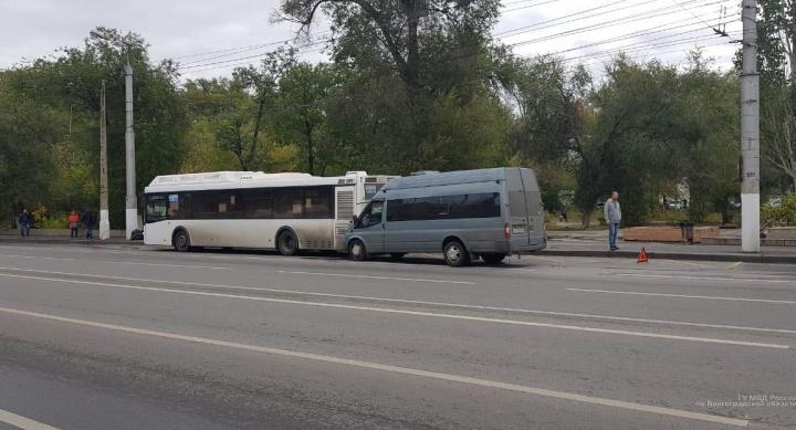 В столкновении маршрутки и автобуса на севере Волгограда пострадала 15-летняя школьница