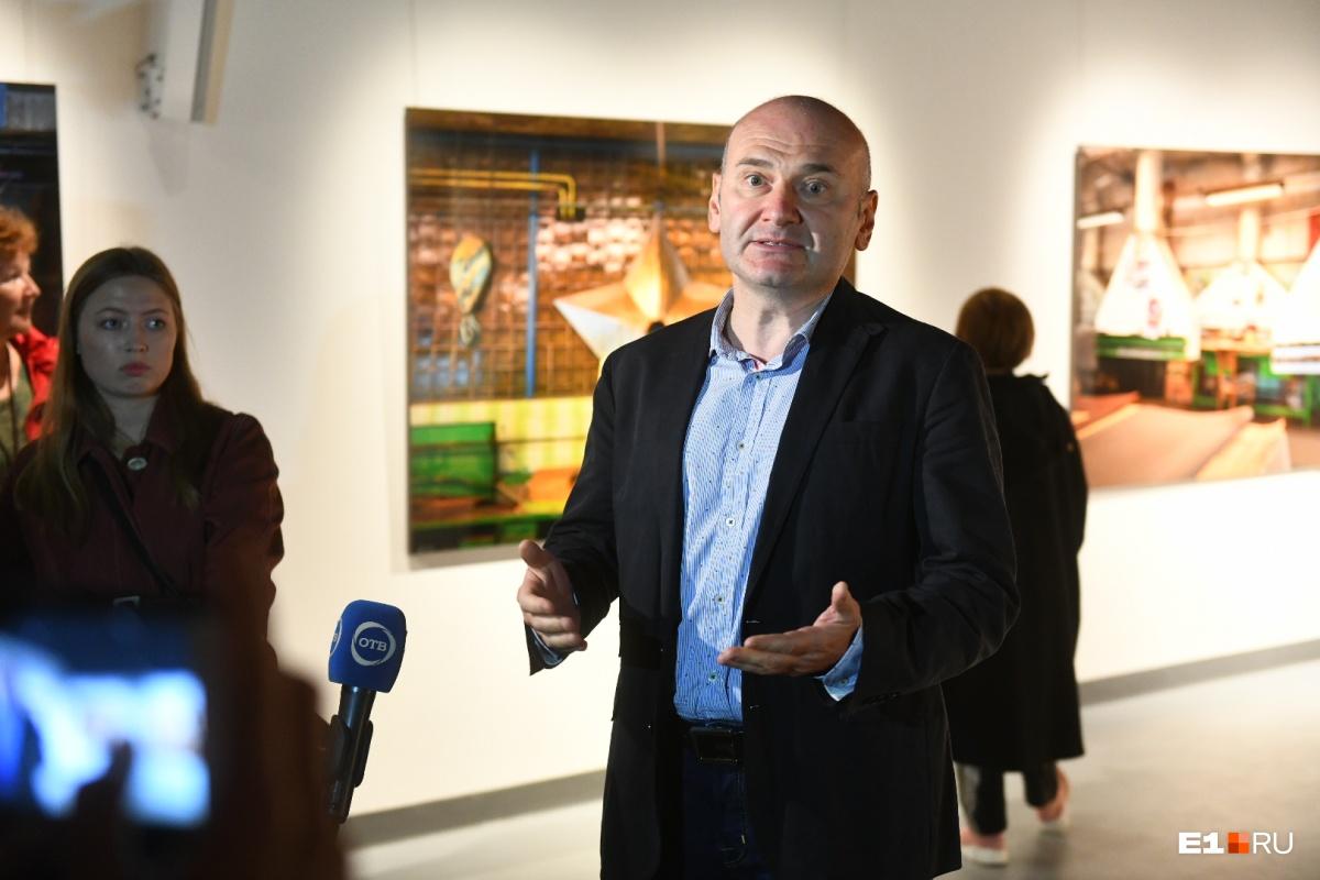 Саша Генцис проводит экскурсии по своей выставке