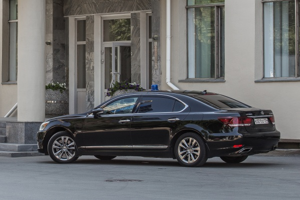 Под характеристики, указанные в документах закупки, подходит в том числе и «Тойота Камри» — одна из самых любимых машин новосибирских чиновников