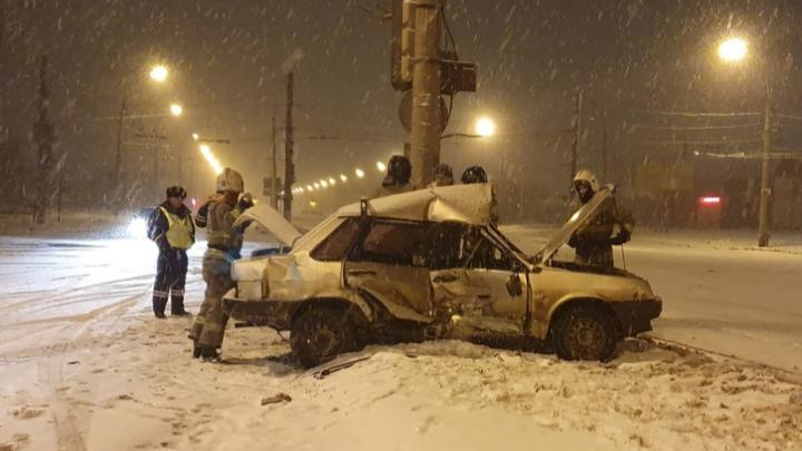 Выгнулась крыша: в Самарской области ВАЗ влетел в КАМАЗ