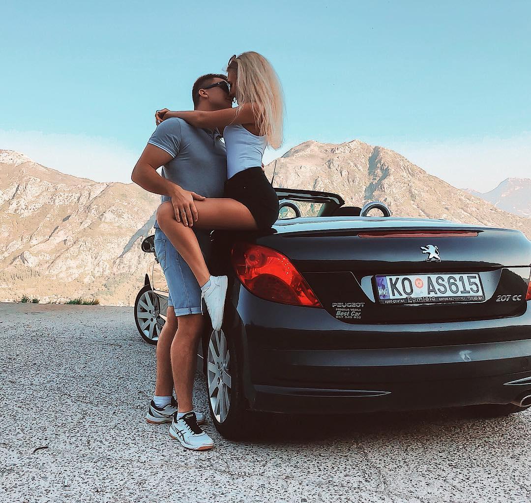 Пара часто путешествует