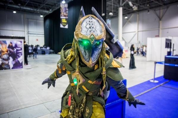 Один из участников конкурса косплея —персонаж из игры StarCraft