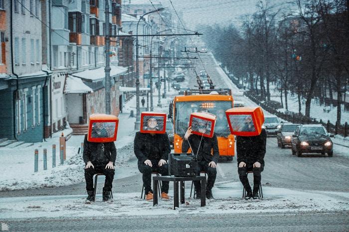 Для снимка группы «Марсу нужны любовники» Александр надел на головы ребятам старые мониторы компьютеров