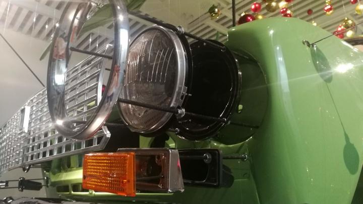 В музее автомобильной техники УГМК появилась ёлка из «копейки», парящая в воздухе