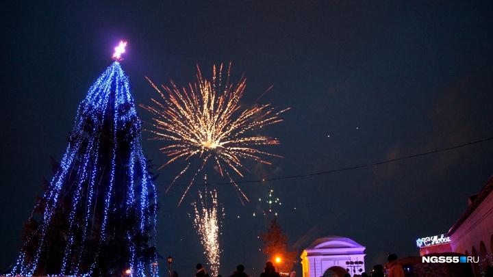 Инопланетяне, Снегурочки и Дед Мороз: на Омской крепости открыли вторую городскую ёлку