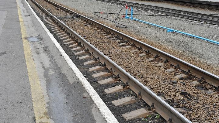 Под Тюменью грузовой поезд сбил 26-летнего мужчину