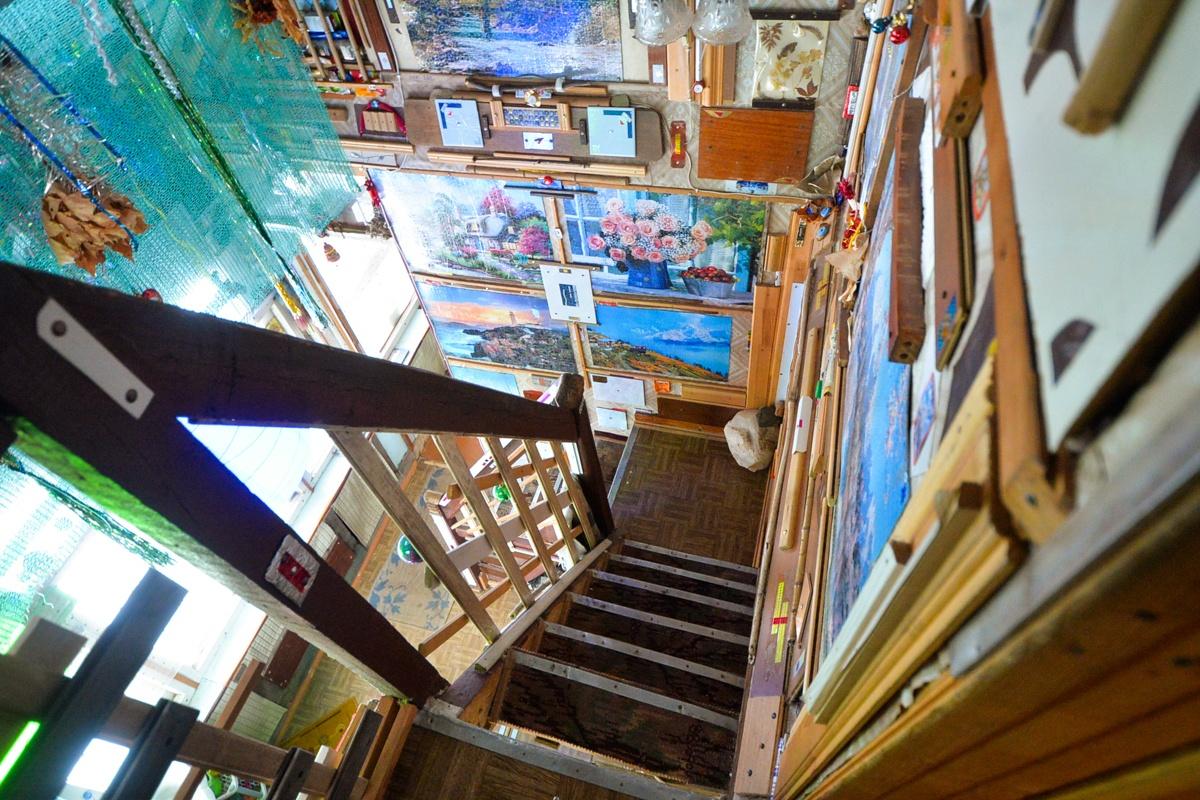 На второй этаж необычного дома ведет винтажная лестница