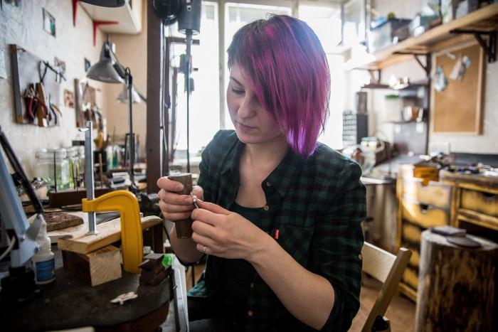 В свои 29 лет Катя Гамаюнова занимается совсем не женским делом — она обрабатывает металл