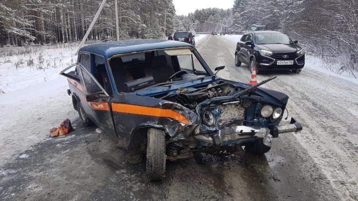 На трассе под Екатеринбургом в жесткой аварии лоб в лоб столкнулись два ВАЗа