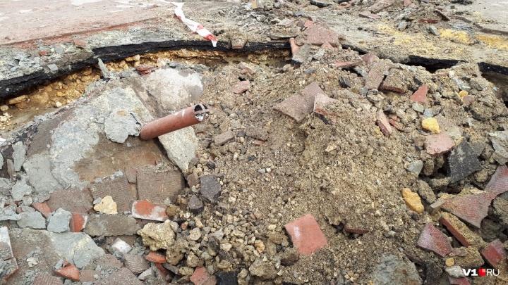 «Это не провал, а локальная просадка»: асфальт в центре Волгограда грозит уйти под землю