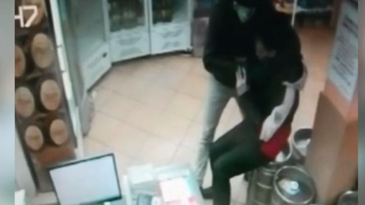 Грабитель приставил нож к горлу мужа продавщицы, чтобы забрать деньги из кассы