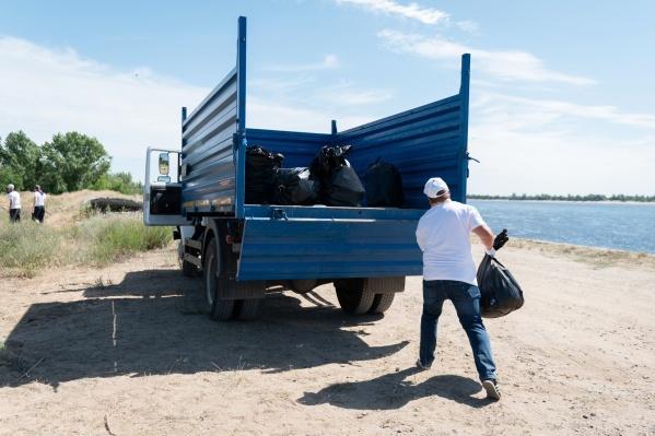 Волгоградцысобрали больше двух десятков 50-литровых пакетов мусора — следов недавних шашлыков